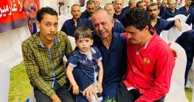 """صورة بألف كلمة.. دموع غارم فى حضن حفيده بعد الإفراج عنه بـ""""سجون بلا غارمين"""""""