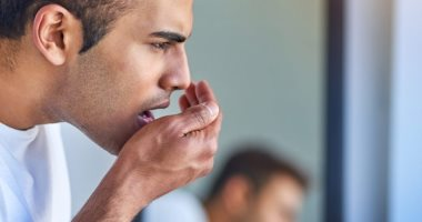 رائحة الفم الكريهة قد تعنى إصابتك بمرض اللثة أو الجفاف