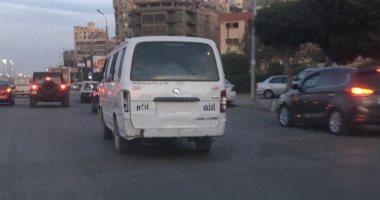سيارة ميكروباص تسير بدون لوحات بشارع عبد الحميد بدوى بمصر الجديدة