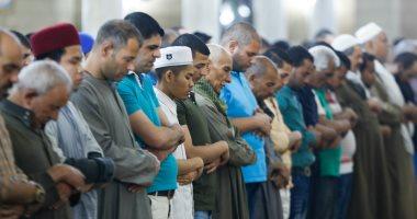 مئات المصلين يؤدون صلاة التراويح بمسجد الحسين