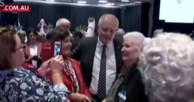 فيديو.. فتاة تقذف رئيس وزراء أستراليا بالبيض.. والشرطة تعتقلها
