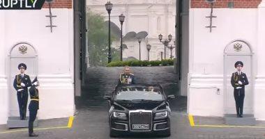 """شاهد.. أول ظهور لسيارة """"بوتين"""" المكشوفة فى عيد النصر بموسكو"""