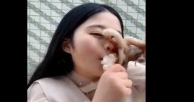 """شاهد.. أخطبوط """"يمتص"""" وجه صينية حاولت أكله حيا"""
