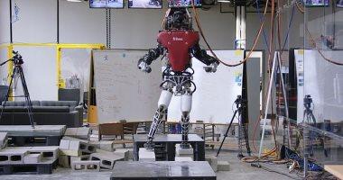 صور.. ابتكار روبوت جديد ضخم يشبه الإنسان ويتعلم المشى مثله عبر التضاريس