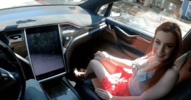 فضيحة لتسلا..تصوير فيلم إباحى بداخل سيارة Model X فى وضع القيادة الذاتية