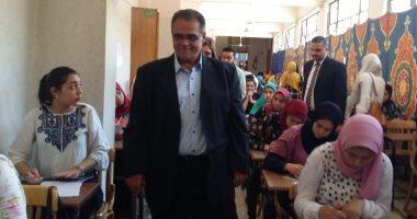 نائب رئيس جامعة عين شمس لشئون التعليم يتفقد سير الامتحانات فى كلية الآداب
