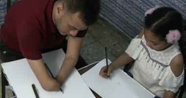"""رسم ولعب وحياة.. """" سوبر باسم"""" بطل بدون أطراف"""