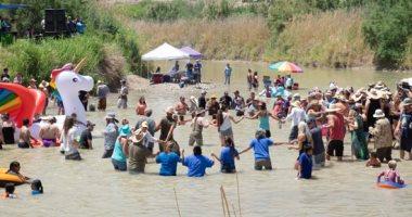"""احتفالات المهاجرين على حدود المكسيك والولايات المتحدة بمهرجان """"أصوات من كلا الجانبين"""""""