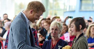 """الأمير هارى فى حالة معنوية مرتفعة.. وفتاة تهديه دمية لمولوده """"آرتشى"""".. صور"""