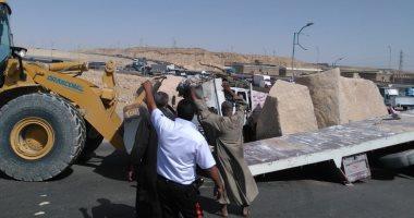 صور.. زحام مرورى بمحور الأوتوستراد بسبب انقلاب سيارة نقل