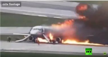 شاهد.. لحظة هروب العشرات من طائرة محترقة عقب هبوطها بالمطار