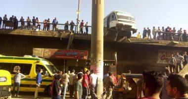 صور.. أوناش المرور ترفع حطام حادث اصطدام مينى باص بسور دائرى المرج