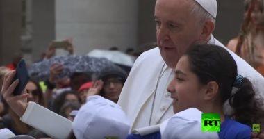 شاهد.. الأطفال الليبيون يستقلون سيارة بابا الفاتيكان بساحة القديس بطرس