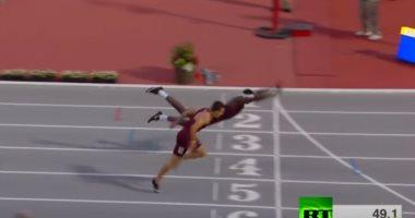 شاهد.. عداء أمريكى يتحول إلى سباح للفوز بسباق 400 متر حواجز