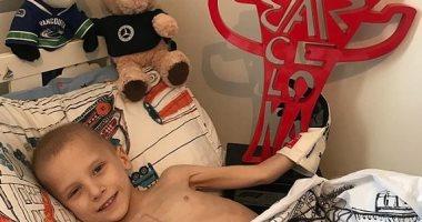 """بطل سباقات سيارات """"فورمولا 1"""" يهدى كأس الجائزة الكبرى لطفل مريض بالسرطان"""