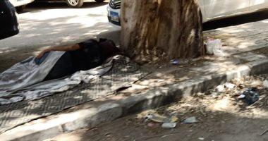 """""""إحنا معاك"""".. قارئ يشارك """"صحافة المواطن"""" بصورة لرجل بلا مأوى بشارع جامعة الدول"""