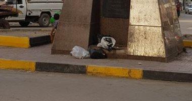 شكوى من القمامة بجوار تمثال أنور السادات بمدينة شبين الكوم فى المنوفية