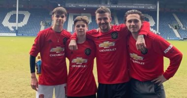 بيكهام يظهر مع أبناءه بقميص مانشستر يونايتد الجديد.. صورة