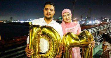أول عريس وعروسة يحتفلان بخطوبتهما على كوبرى تحيا مصر.. صور