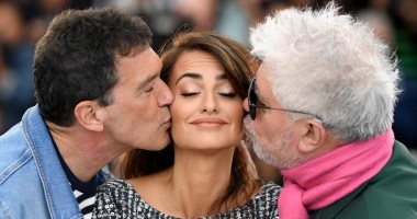شاهد.. قبلة أنطونيو بانديراس وبيدرو ألمودوبار لبينلوبي كروز بفعاليات مهرجان كان