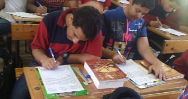 طلاب أولى ثانوى يؤدون امتحان العربى ورقيًا على نظام البوكليت