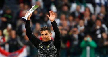 كريستيانو رونالدو أول لاعب فى التاريخ يفوز بجائزة الأفضل فى 3 دوريات.. صور