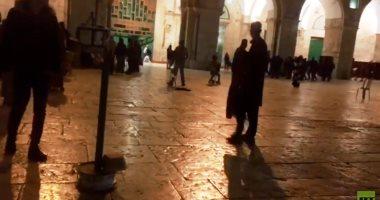 الشرطة الإسرائيلية تخلى المسجد الأقصى من المعتكفين بالقوة