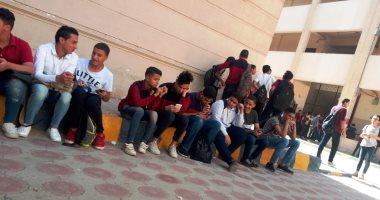 صور.. طلاب أولى ثانوى يستعدون لأداء امتحان الأحياء على التابلت