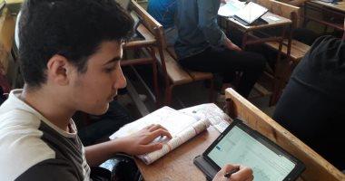 طلاب أولى ثانوى يواصلون الاختبارات الإلكترونية بامتحان الجغرافيا