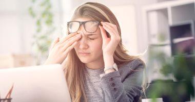 هل الإصابة بالصداع لدي النساء تعود لنقص أو زيادة الهرمونات بالجسم ؟