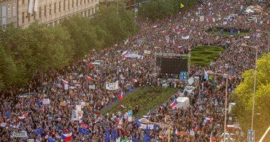 صور.. آلاف التشيكيين يتظاهرون للمطالبة باستقالة رئيس الوزراء ووزيرة العدل