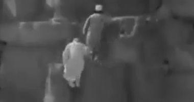 شاهد.. مسابقة لصعود قمة الهرم بين رجلين عمرهما 80 سنة.. فيديو