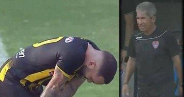 يسجل الابن فيخرج الأب من الملاعب.. لاعب كرة يكسر قلب والده بهدف قاتل (فيديو)