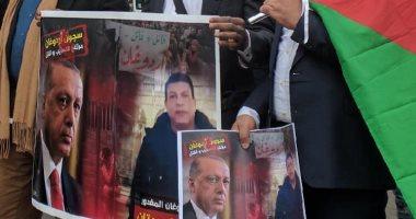 حقوقيون يتظاهرون أمام سفارة تركيا بباريس للمطالبة بمحاكمة أردوغان.. صور