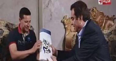 """جورج قرداحى يسلم جائزة """"اسم من مصر"""" لفائز من الطالبية"""