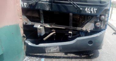 اوناش المرور ترفع حطام حادث سقوط سيارة نقل من أعلى دائرى المرج