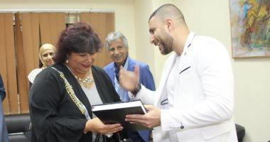 زياد يوسف يهدي وزيرة الثقافة مخطوطته للدكتوراه في حفل الثقافة الجماهيرية