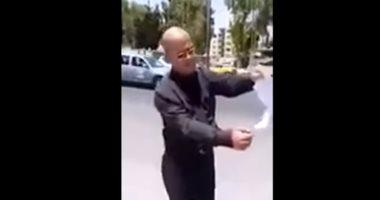 شاهد.. مواطن أردنى يحرق شهادة الدكتوراة أمام مقر الحكومة