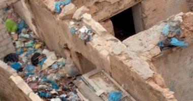 شكوى من تراكم القمامة بالمنازل المهجورة فى مرسى مطروح