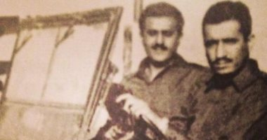 صورة قديمة للملك سلمان أثناء قيادته مركبة عسكرية تثير الإعجاب