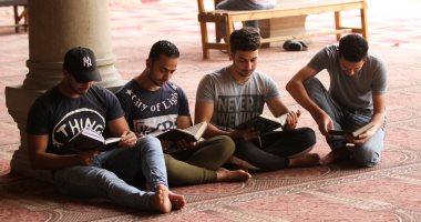 صور.. المعتكفون يحتضنون المصاحف فى بداية العشر الأواخر بمسجد عمرو بن العاص