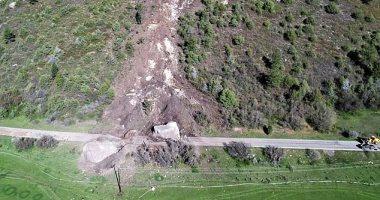 صخرة بحجم منزل تغلق طريق ولاية أمريكية..والمسئولون يفكرون فى تفجيرها..صور