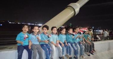 أطفال حضانة بشبرا يلتقطون الصور التذكارية بمحور روض الفرج