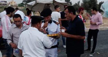 صور.. قوات الأمن تفطر فى الشارع خلال تأمين جمهور مباراة الزمالك ونهضة بركان