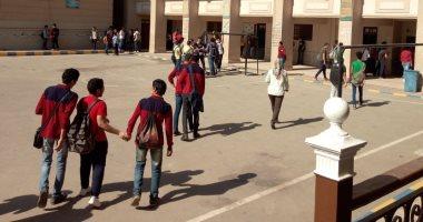 طلاب أولى ثانوى يؤدون امتحان الفيزياء إلكترونيا على التابلت