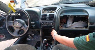 صور.. إسبانيا تحبط محاولة تسلل 4 أشخاص داخل محرك سيارة