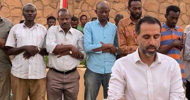 صور.. السفير البريطانى فى الخرطوم إماما للمصلين بعد مأدبة إفطار بمنزله
