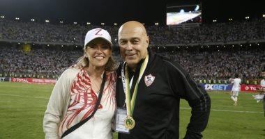 جروس يحتفل مع زوجته بالتتويج بالكونفدرالية فى ملعب برج العرب