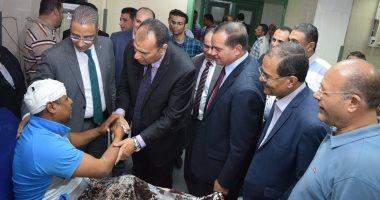 صور.. محافظ سوهاج يطمئن على نائب رئيس حى شرق المتعدى عليه بالضرب