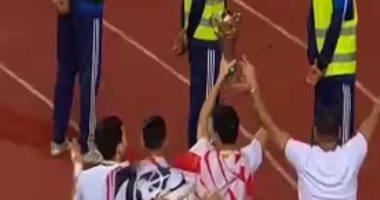 وسط الألعاب النارية.. لاعبو الزمالك يهدون كأس الكونفدرالية للجماهير (فيديو)